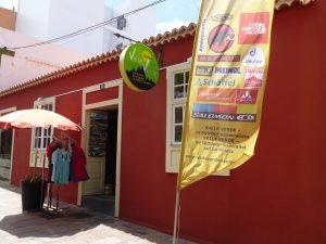 Valle Verde, ihr Outdoor Ausstatter auf den Kanaren. Wir, Silvia Heckel und Jürgen Böhringer, begeisterte Outdoor-Fans haben uns, nachdem wir die Welt mit unserem Rucksack bereist haben, La Palma als unsere neue Heimat ausgesucht. Seit 2002 leben und arbeiten wir auf der Isla Bonita und verbinden unsere Leidenschaft mit unserem Beruf. Unser erster Laden haben wir im Juli 2002 in Los Llanos de Aridane, La Palma eröffnet. Nach kurzer Zeit haben wir diesen vergrößert und 2010 sind wir nach Santa Cruz de La Palma expandiert. 2013 haben wir nun den großen Schritt auf die Nachbarinsel Teneriffa gewagt. Im November haben wir eine Valle Verde Filiale in La Laguna, Teneriffa , eröffnet. Wir kennen die Bedingungen für einen perfekten, erlebnisreichen Wander- und Urlaubstag auf La Palma, oder Teneriffa. In unseren gut sortierten Geschäften finden Sie alles was Sie für ihre nächste Gipfeltour suchen. Von der Aluflasche bis zum Zelt. Unsere Outdoor-Marken sind u.a.: Mammut, Schöffel, Vaude, North Face, Komperdell, Deuter, Meindl, Salomon, Keen, Garmont